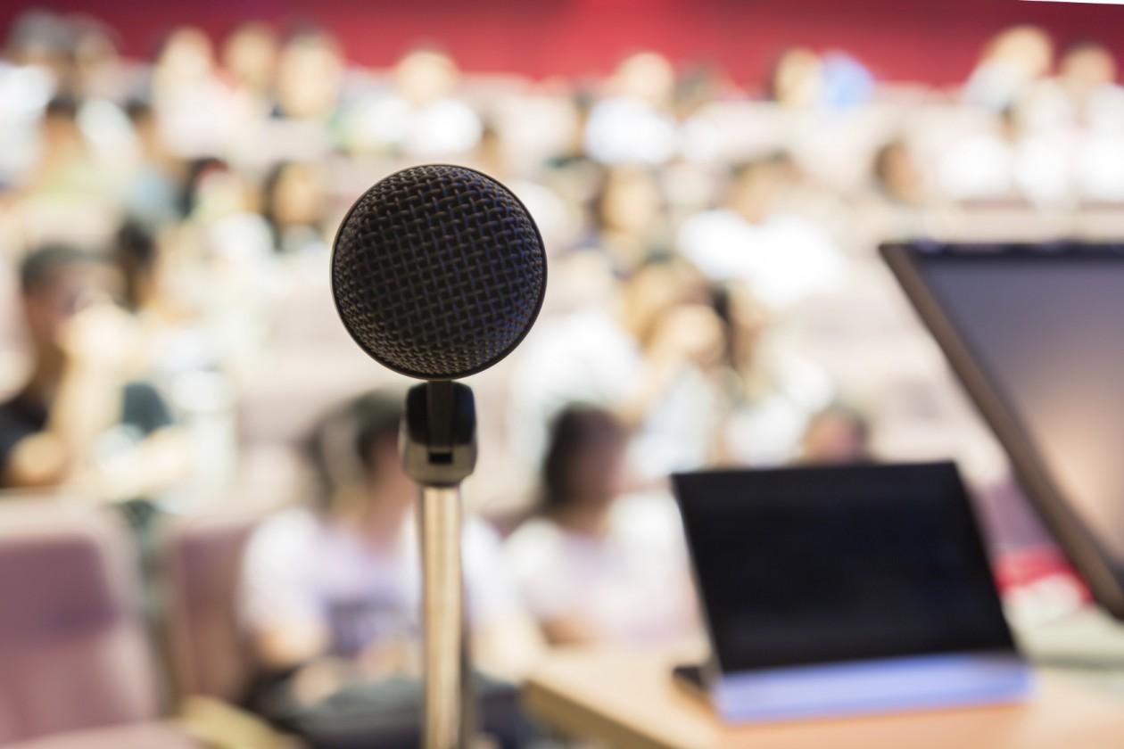Tips menghadapi ketakutan memberikan presentasi bicara di depan umum public speaking